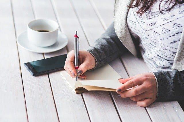 Journalen und planen, für einen guten Start in den Tag ist ein wichtiger Teil der Morgenroutine.
