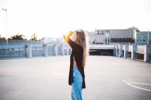 Durchhaltevermögen stärken: Blondine auf Parkplatz, Blue Jeans