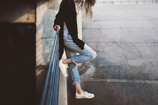 Mangelndes Durchhaltevermögen - Frau, Geländer, Parkplatz
