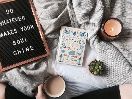 Auszeit für weniger Unzufriedenheit - Buch, Kerze, Kaffee, Letter Board