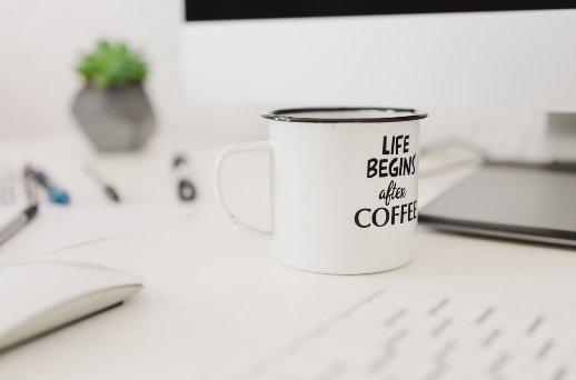 5 Fakten über Gewohnheiten - Kaffeetasse mit Slogan