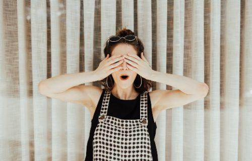 Visualisierung - Frau hält die Augen zu